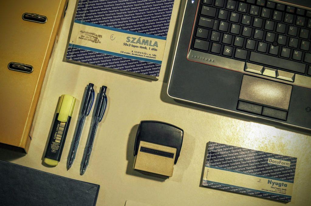 papíralapú számlázás: bélyegző, toll, számlatömb